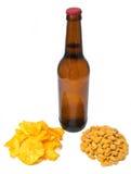 Het flessenbier met spaanders en pinda's Royalty-vrije Stock Afbeelding