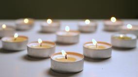 Het flikkeren licht van kaarsen Schouwt fonkelende achtergrond De achtergrond van kaarsen stock footage