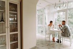 Het flirten in een koffie Mooie het houden van paarzitting in een koffie die in koffie en gesprek genieten van Stock Foto's