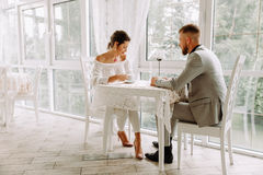Het flirten in een koffie Mooie het houden van paarzitting in een koffie die in koffie en gesprek genieten van Royalty-vrije Stock Foto