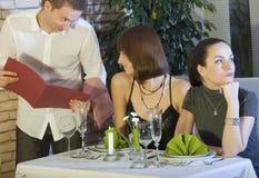 Het flirten met kelner Stock Foto's