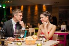 Het flirten in restaurant royalty-vrije stock afbeelding