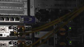 Het flitslicht en de schaduwen in serverruimte, het binnendringen in een beveiligd computersysteem van gegevens centreren, cybers stock footage