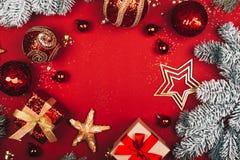 Het fonkelende Kerstmis decoratieve speelgoed leidt tot om kader op rode achtergrond royalty-vrije stock fotografie