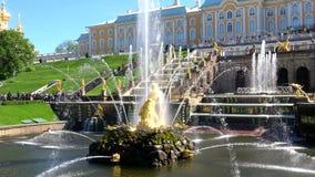 Het fontein` Samson ` close-up van zonnig kan dag Peterhof stock videobeelden