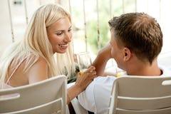 Het fooling van het paar rond in balkon Stock Foto