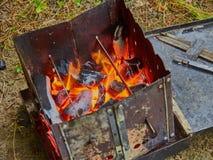 Het fornuis van de wandelingstoerist met brandstof van houten spaanders royalty-vrije stock afbeeldingen