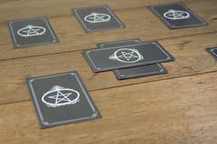 Het fortuinteller van tarotkaarten op houten lijst Royalty-vrije Stock Afbeeldingen