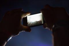 Het fotograferen met celtelefoon bij het overleg royalty-vrije stock fotografie