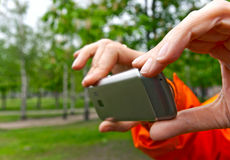 het fotograferen met een mobiele telefoon royalty-vrije stock afbeelding