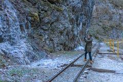 Het fotograferen van de ijskegels op de berg Stock Afbeeldingen