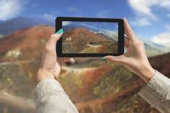 Het fotograferen van de vulkaan van Etna met tablet Stock Fotografie