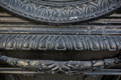 Het fragment van antiquiteit verontrustte houten decoratief kader met het snijden van ornament royalty-vrije stock afbeelding
