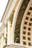 Het fragment van de close-upboog op het Algemene Personeel die op het Paleisvierkant voortbouwen in St. Petersburg in Rusland royalty-vrije stock afbeeldingen