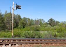 Het fragment van de spoorweg met seinpaal Stock Fotografie