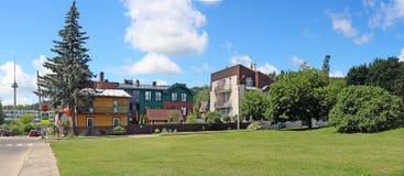 Het fragment van de straat, de groene gazons en de creatieve flat bouwen Royalty-vrije Stock Foto