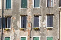 Het fragment van de voorzijde van een oud gebouw Stock Foto