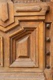 Het fragment van een oude eik overspande dubbel-doorbladerde deur stock fotografie