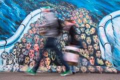 Het fragment van graffiti op Berlin Wall bij de Zijgalerij van het Oosten en nu is de grootste galerij van de wereldgraffiti Royalty-vrije Stock Foto's