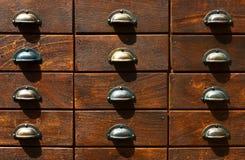 Het fragment van kast met houten catalogusdozen root Royalty-vrije Stock Afbeeldingen