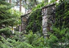 Het fragment van het mooie schermen van de geschoeide metaalkernen en de kolommen maakte met een steen in orde stock afbeeldingen