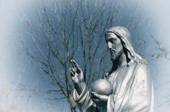 Het fragment van standbeeld Jesus Christ He houdt het gebied met een kruis als symbool van het beheer van Christendom boven de aa stock foto