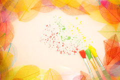 Het frame van de herfst Mooie echte bladeren die op wit worden geïsoleerdg royalty-vrije illustratie