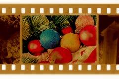 Het frame van Oldies foto met pijnboom, bal en santahoed Stock Foto's