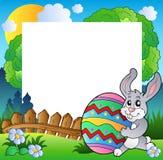 Het frame van Pasen met het ei van de konijntjesholding Royalty-vrije Stock Afbeelding