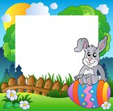 Het frame van Pasen met konijntje op ei Royalty-vrije Stock Afbeeldingen