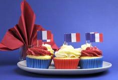 Het Frans als thema heeft rode, witte en blauwe minicupcakecakes met vlaggen van Frankrijk Stock Foto