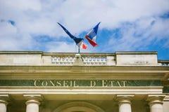 Het Frans en de EU-Vlag over Conseil D ` Etat - Parijs royalty-vrije stock foto