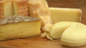 Het Frans van kaas op een houten lijst stock footage