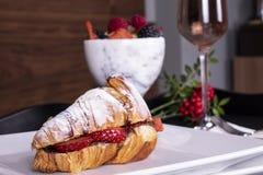 Het Franse de picknick van de stijl romantische zomer plaatsen Vlak-leg van glazen roze wijn, verse aardbeien, croissants, Brieka stock foto
