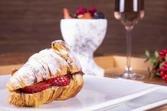 Het Franse de picknick van de stijl romantische zomer plaatsen Vlak-leg van glazen roze wijn, verse aardbeien, croissants, Brieka stock afbeelding