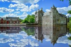 Het Franse dorp van Bretagne op een zonnige dag Het kasteel denkt in het meer na frank royalty-vrije stock foto