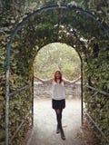 Het Franse het meisje van het land stellen met mooie omgeving stock foto's