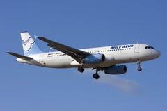 Het Franse Privé Luchtbus A320 landen Stock Afbeeldingen