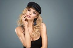 Het Franse stijldame stellen in zwarte baret royalty-vrije stock afbeeldingen