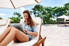 Het freelance werk Bedrijfsvrouw die Computer op Strand met behulp van Het online werk royalty-vrije stock afbeelding