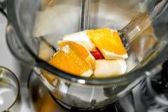 Het fruit in de mixer Royalty-vrije Stock Foto's