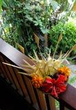 Het fruit en de bloemen stemmen in met mand stock foto's