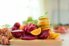 het fruit is nuttig aan het lichaam De verse Vruchten sluiten omhoog Het gezonde eten, het op dieet zijn concept stock foto