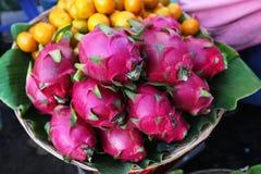 Het fruit of pitaya van de draak in de mand op fruitteken Stock Afbeeldingen