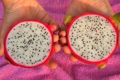 Het fruit van de besnoeiingsdraak omcirkelt dicht op foto Stock Foto's