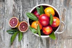 Het fruit van de bloedsinaasappel op houten lijst Hoogste mening Royalty-vrije Stock Fotografie