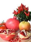 Het fruit van de granaatappel, appel, pepperonis stock fotografie