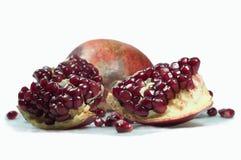 Het fruit van de granaatappel Het is gebroken in delen Close-up van korrel Geïsoleerd op wit stock afbeelding