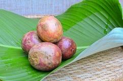 Het fruit van de hartstocht op groen blad Royalty-vrije Stock Foto's