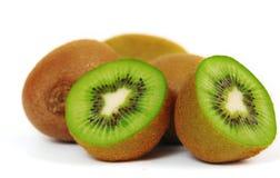 Het fruit van de kiwi dat op witte achtergrond wordt geïsoleerdd Stock Afbeeldingen